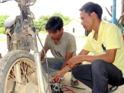 Vươn lên thoát nghèo từ học sửa xe máy
