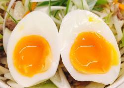 Cách luộc trứng gà hồng đào.