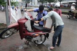 Tự học sửa xe máy: Hướng dẫn sửa xe bị chết máy do ngập nước