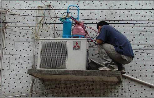 Nghề sửa chữa điện lạnh và những khổ ải ít người biết